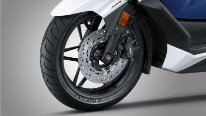 Honda-Motorcycle-มอเตอร์ไซค์-ฮอนด้า-all-new-forza-2018-Information-รายละเอียด-Pirelli-Tyres-&-ABS-ยางขนาดใหญ่จาก-Pirelli-พร้อมเบรก-ABS